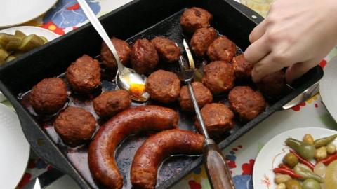 Nagykanizsa, 2008. január 14. Készül a kóstoló. A nagykanizsai társasházakban egyre többen készítenek házi disznótorost. Erdõs Sándor és felesége 25 kg húsból egy régi recept alapján tölti a kolbászt, amelynek kilója így, a hozzávalókkal és a füstöléssel együtt, alig kerül 700 forintnál többe, és a minõsége is garantált. MTI Fotó: Varga György