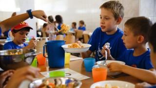 Budapest, 2015. július 21. Gyerekek ebédelnek a menzán a zuglói Jókai Mór Általános Iskolában tartott napközis nyári táborban 2015. július 21-én. MTI Fotó: Balogh Zoltán
