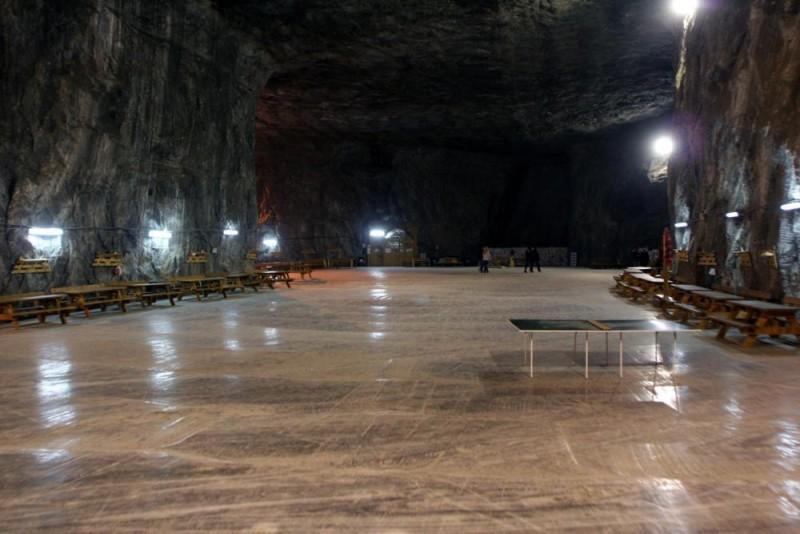 Parajd, 2006. december 20. A látogatási és kezelési szint a parajdi sóbányában, ahol a föld alatti gyógykezelést az 1960-as években kezdték el. Parajdon található Európa egyik legnagyobb sótartaléka. A sótömb enyhén ellipszis alakú, a legnagyobb átmérõje 1,4 km-es és 2700 m mélységig nyúlik a föld gyomrába. Kezdetben a Dózsa György bányarészleg adott otthont a légúti betegek számára kialakított kezelõbázisnak. 1980-tól az 50-es szinten, 120 méter mélyen rendezték be a kezelési és látogatási részleget. A bejárattól 1250 méter hosszú tárón vezet az autóbusz útja a szpeleo- és klimatoterápiás kezelésre alkalmas bányatermekig, ahol egy idény folyamán 300 ezer beteget kezelnek. MTI Fotó: Haáz Sándor