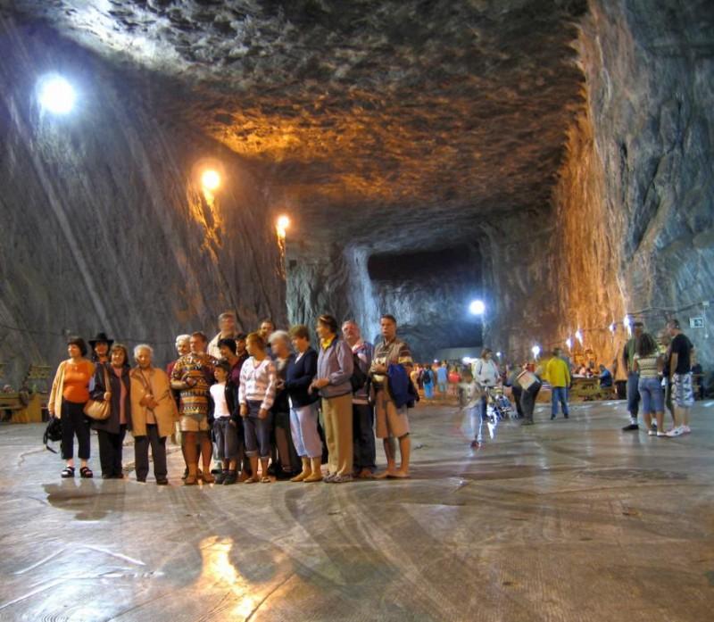 Parajd, 2007. szeptember 1. A sóbánya hatalmas földalatti kivájt üreg-csarnokában turisták hallgatják idegenvezetõjüket. MTI Zrt. / Bizományosi: Jászai Csaba *************************** Kedves Felhasználó! Az Ön által most kiválasztott fénykép nem képezi az MTI fotókiadásának és archívumának szerves részét. A kép tartalmáért és a szövegért a fotó készítõje vállalja a felelõsséget.