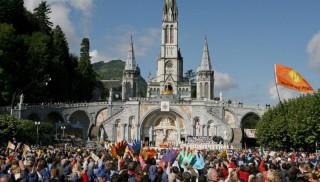 Lourdes, 2008. szeptember 14. XVI. Benedek pápa a lourdes-i Notre-Dame des Doleurs-bazilika elõtt misézik franciaországi látogatásának befejezéseként 2008. szeptember 15-én. A római katolikus egyházfõ a lourdes-i jelenések 150. évfordulója alkalmából tesz négynapos zarándoklatot a délnyugat-franciaországi Mária-kegyhelyen, ahol az egyház tanítása szerint 1858-ban többször is megjelent Szûz Mária egy molnár lánya, a 14 éves Bernadette Soubirous, a késõbbi Szent Bernedette elõtt. (MTI/EPA/Guillaume Horcajuelo)