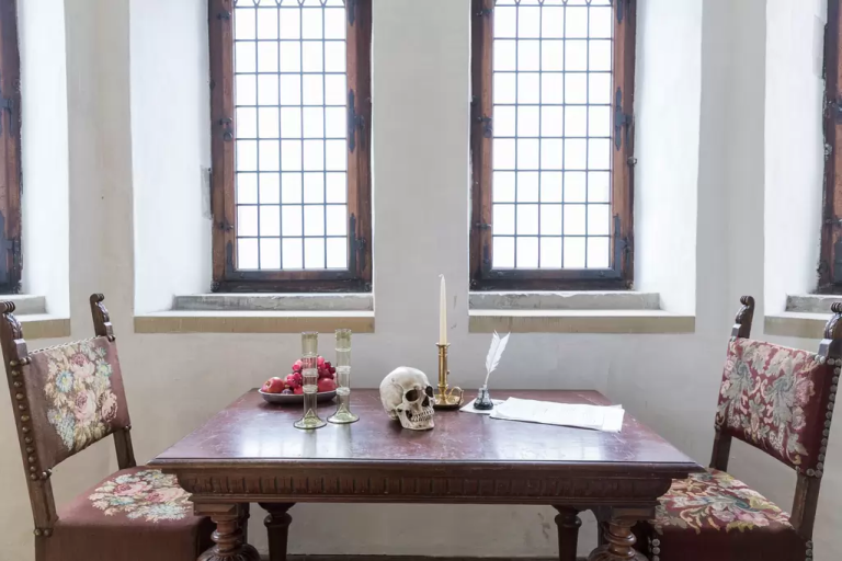 gallery-1460400243-shakespeare-table