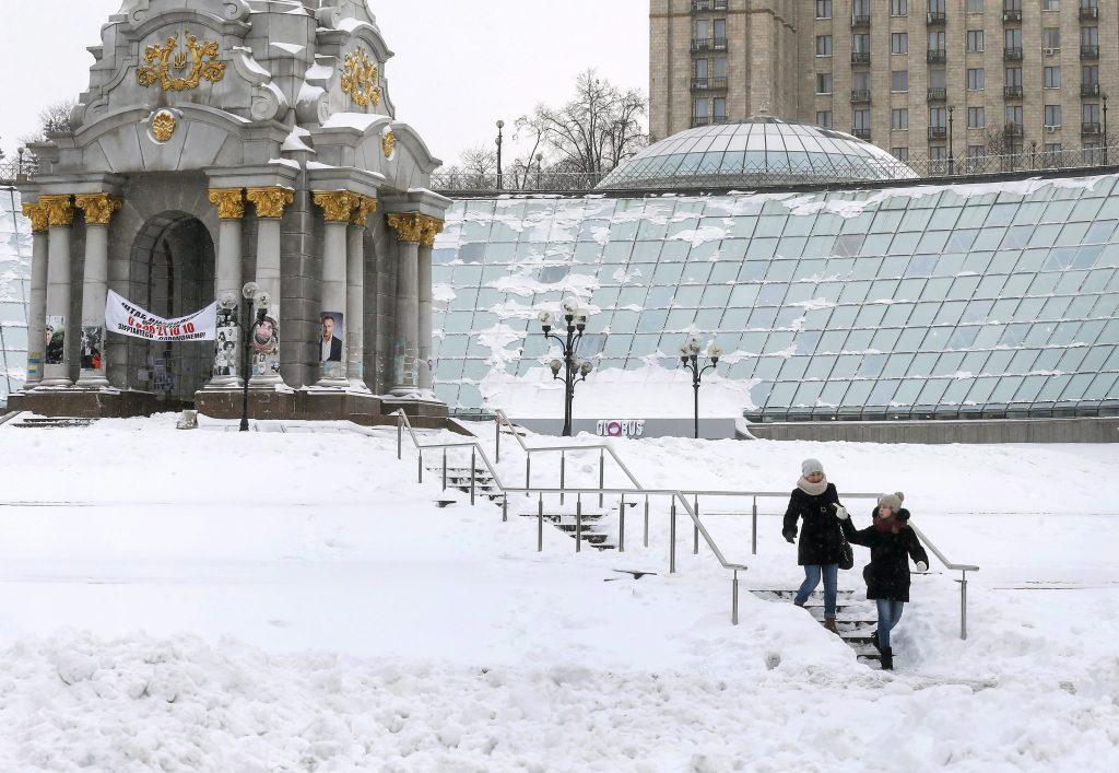 Kijev, 2017. január 9. Két nõ sétál a Függetlenség terén Kijev belvárosában 2017. január 9-én. (MTI/EPA/Szerhíj Dolzsenko)