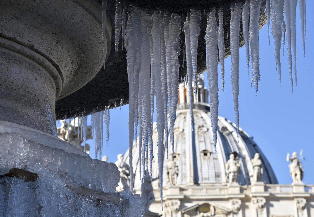 Vatikánváros, 2017. január 7. Jégbe fagyott szökõkút a vatikánvárosi Szent Péter-téren 2017. január 7-én. (MTI/EPA/Giorgio Onorati)