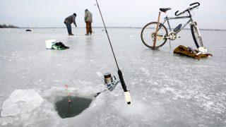 Abádszalók, 2015. január 7. Lékhorgászok a Tisza-tó jegén Abádszalók határában 2015. január 7-én. MTI Fotó: Mészáros János