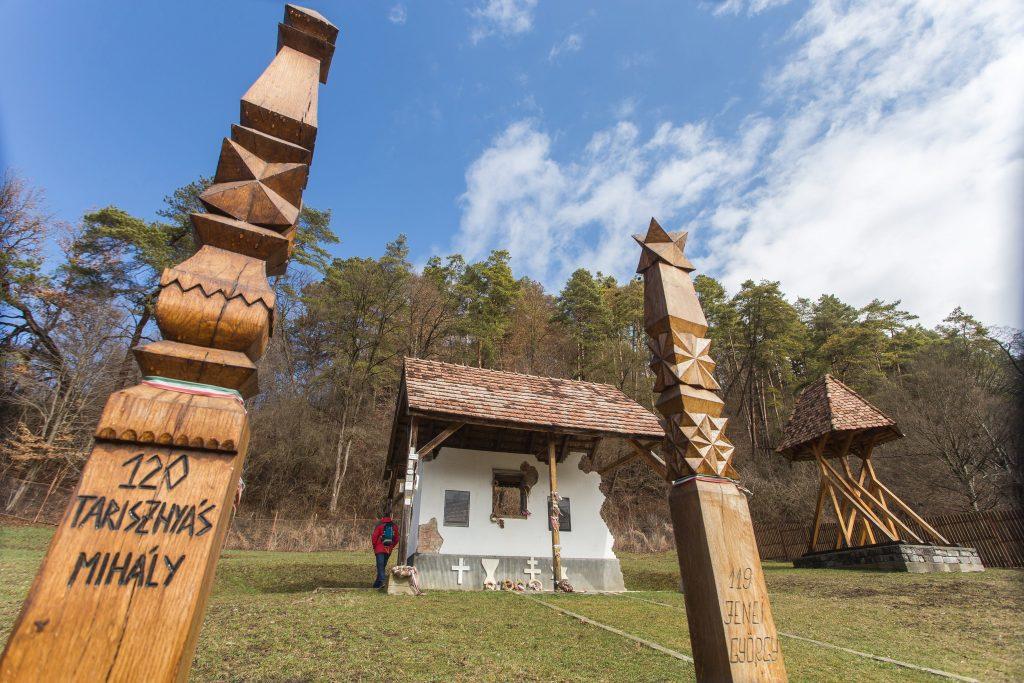 Bözödújfalu, 2017. március 19. Emlékpark a vízzel elárasztott Maros megyei Bözödújfalu mellett 2017. március 19-én. Az emlékparkban Bözödújfalu kicsinyített mását hozták létre, a falu alaprajza szerint alakították ki a sétányokat, az egykori épületeket kopjafák jelezik. A lakóházakat jelölõ kopjafára a házszámot és az egykori tulajdonos nevét vésték. MTI Fotó: Boda L. Gergely