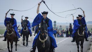 Hortobágy, 2014. április 26. Csikósok vonulnak át a hortobágyi Kilenclyukú hídon a Szent György-napi kihajtási ünnepen 2014. április 26-án. A néphagyomány az igazi tavasz kezdetét mindig Szent György napjától számította, így az állattenyésztéssel foglalkozók, az idõjárástól és a legelõk állapotától függõen ez idõ tájt hajtották ki a jószágokat a téli szálláshelyekrõl a nyári legelõterületekre. MTI Fotó: Czeglédi Zsolt