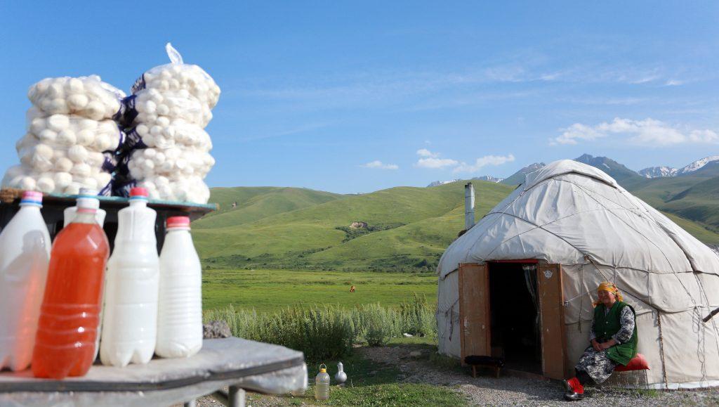Biskek, 2017. július 13. Kirgizisztáni nomádok jurtája a kirgiz fõvárostól, Biskektõl 250 km-re délre, a 3000 méter tengerszint feletti magasságban fekvõ Szuszamir-völgyben lévõ nomád táborban 2017. július 11-én. (MTI/EPA/Igor Kovalenko)