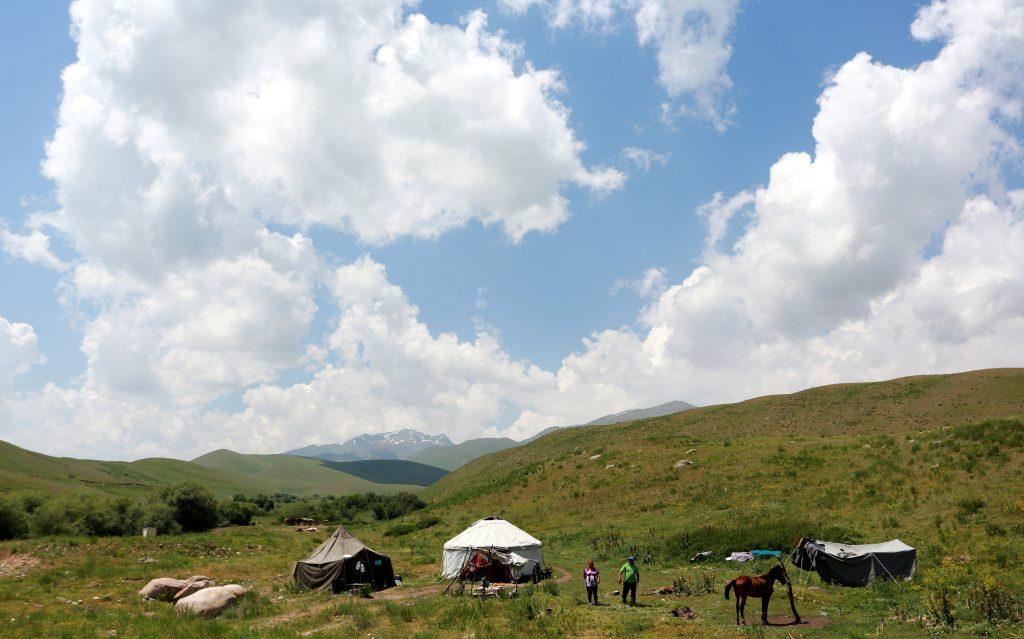 Biskek, 2017. július 13. Kirgizisztáni nomádok jurtái a kirgiz fõvárostól, Biskektõl 250 km-re délre, a 3000 méter tengerszint feletti magasságban fekvõ Szuszamir-völgyben lévõ nomád táborban 2017. július 11-én. (MTI/EPA/Igor Kovalenko)