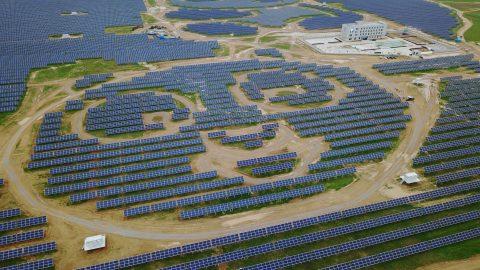 Tatung, 2017. július 25. Légi felvétel a Sanhszi tartományban fekvõ tatungi panda alakú napelemfarmról 2017. július 25-én. A napenergia telep augusztus 10-én kezdi meg mûködését és összesen 50MW áramot termel, ami nagyjából nyolcezer háztartás energiaigényét fedezi. (MTI/EPA/Ho Hvi Jang)