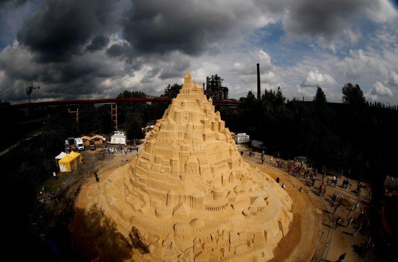 Duisburg, 2017. augusztus 31. A világ legmagasabb homokvárának kikiáltott alkotás Duisburgban 2017. augusztus 31-én. A 3500 tonna homok felhasználásával épült homokvár elkészítéséhez három hétre volt szüksége az alkotóknak. A Guinness Világrekordok Könyve által elvégzett hivatalos mérésre szeptember 1-én kerül sor. Az építõk szerint a homokvár 15,5 méteres, míg a jelenlegi hivatalos magasságrekord 14,82 méter. (MTI/EPA/Friedemann Vogel)