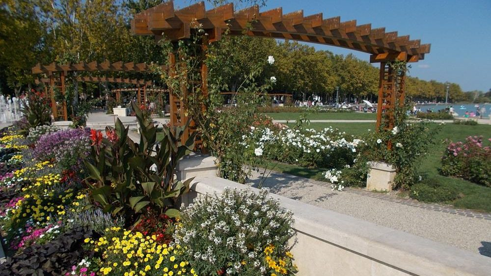Flower beds. - Tagore Promenade, Balatonfüred, Veszprém County, Hungary}}{{hu|1=Virágok. - Magyarország, Veszprém megye, [http://balatonfured.info.hu/ Balatonfüred], Tagore sétány{{Location|46|57|12.4|N|17|53|38.22|E|region:HU}}