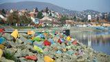 Szentendre, 2017. november 7. Színesre festett kövek a szentendrei Duna-korzón 2017. november 7-én. Ficzere Kyru (Krisztina) installációja az Üzenj a mosolyoddal! címû pályázatra készült, amelyet a közösségi interakciókra épülõ, kötetlen mûfajú, de Szentendrére utaló és fényképek készítésére, megosztására ösztönzõ alkotásokra írt ki a város. MTI Fotó: Mohai Balázs